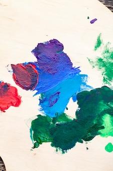 Misturado em uma paleta de madeira com tintas multicoloridas