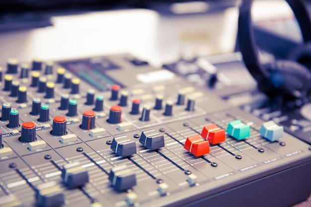 Misturador de som e equipamentos relacionados na sala de reuniões