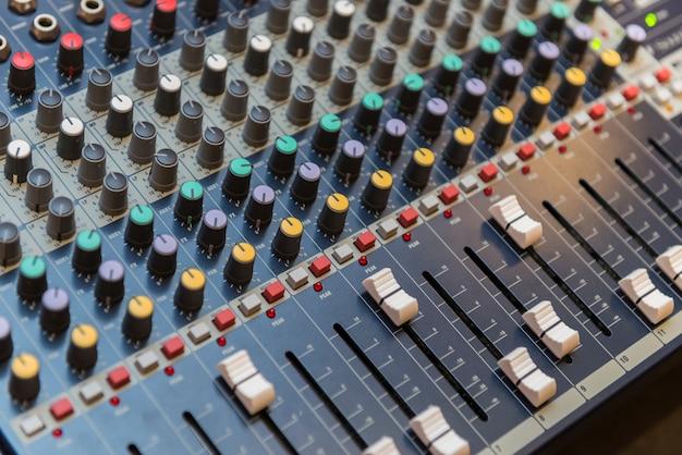 Misturador de som multicanal