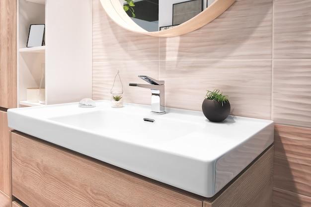 Misturador de torneira de luxo no interior de um belo banheiro.