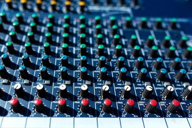 Misturador. equipamento de som para grandes encontros, concertos, festas.