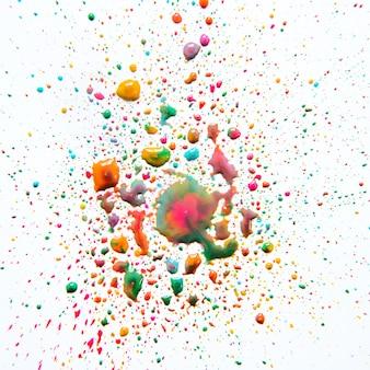 Misturando gotas de tinta colorida