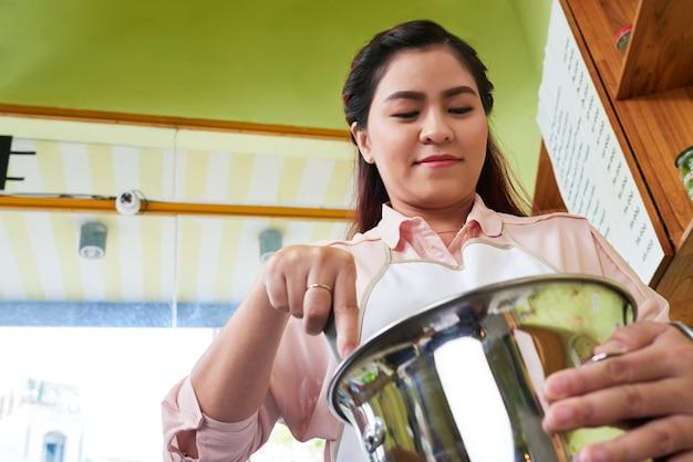 Misturando ingredientes