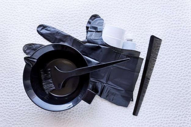 Misturando tintura de cabelo em uma tigela de plástico especial