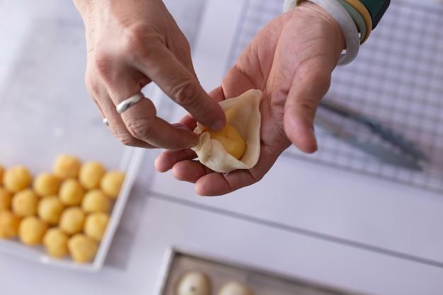 Misturar massa à mão para fazer sobremesas