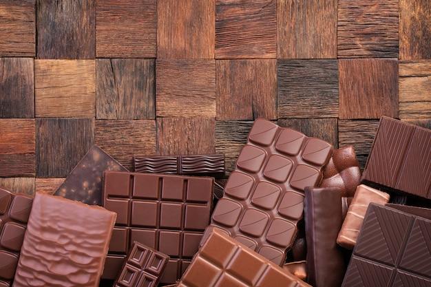 Misture a barra de chocolate, vista de cima. fundo de comida de cacau orgânico