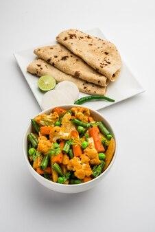 Misture a receita de vegetais secos em uma tigela, receita de vegetais estilo restaurante indiano servida com chapati