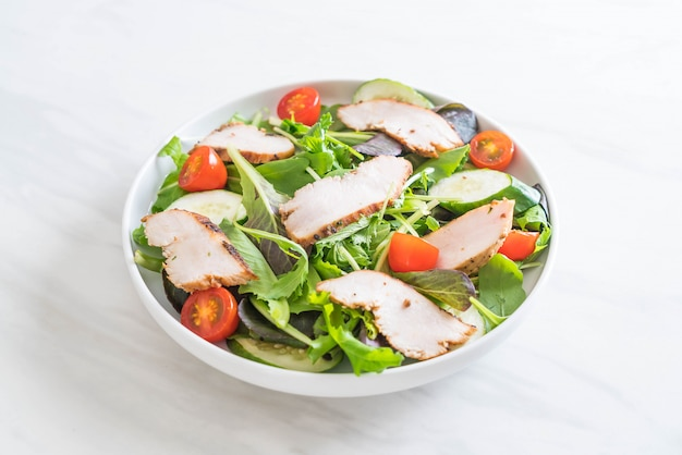 Misture a salada com frango grelhado