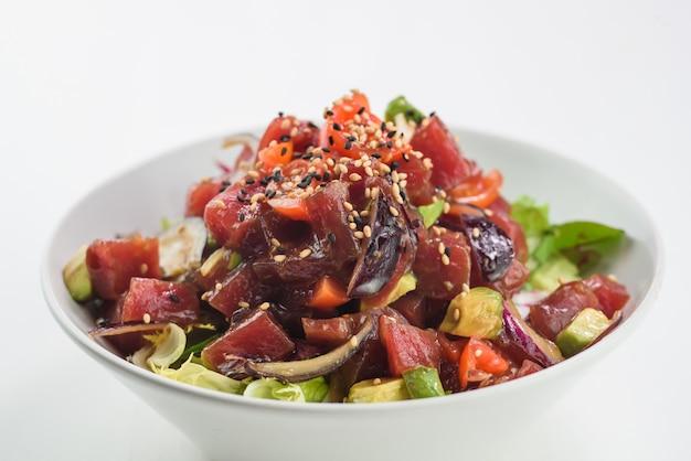 Misture a salada de sashimi com salmão, tomate, abacate e atum.