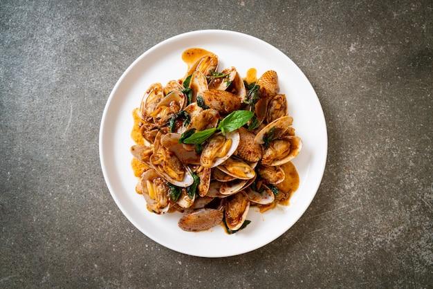 Misture amêijoas fritas com pasta de pimenta assada, estilo de comida asiática