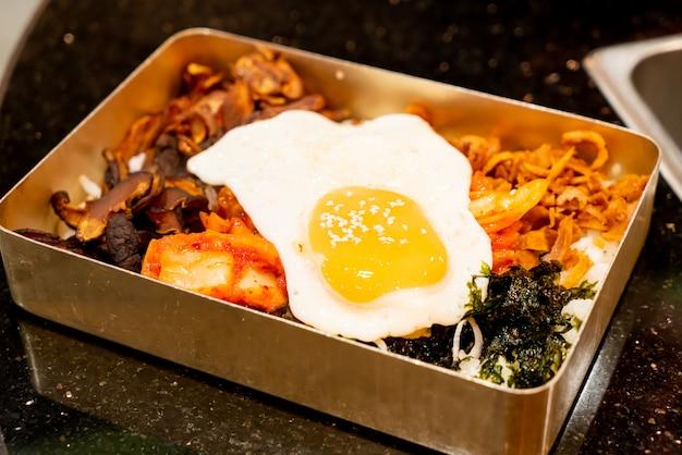 Misture arroz com ovo frito