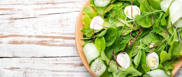 Misture as folhas de salada