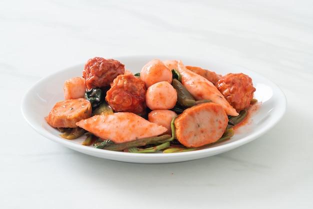 Misture bolinhas de peixe frito com molho yentafo - comida asiática