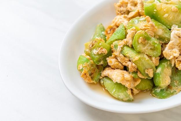 Misture cabaça frita em ângulo com ovo - estilo de comida saudável