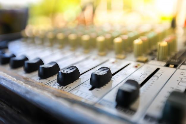 Misture controles de áudio.