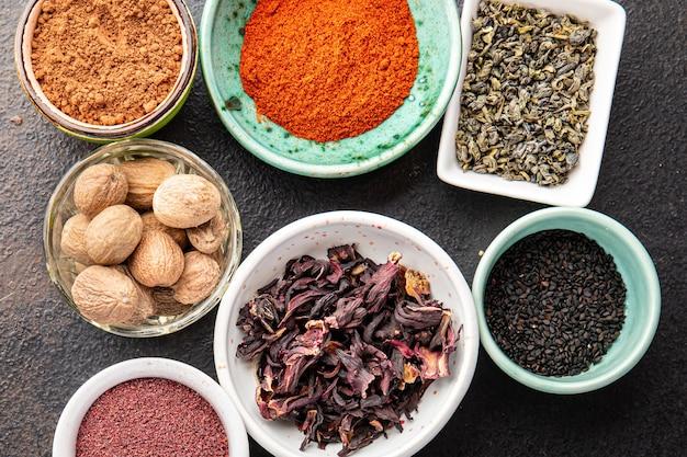 Misture especiarias, temperos, diferentes tipos, ervas frescas picantes e picantes, especiarias moídas na mesa