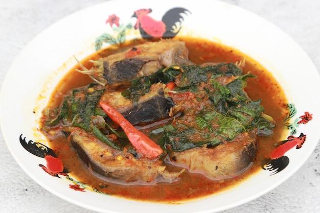 Misture fried catfish chili com folhas de cominho, menu picante favorito no resturant tailândia.