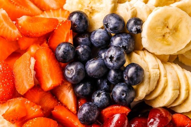Misture frutas e bagas frescas