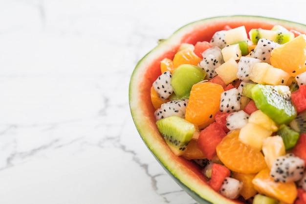 Misture frutas fatiadas