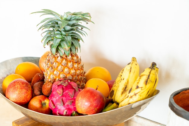 Misture frutas na bandeja
