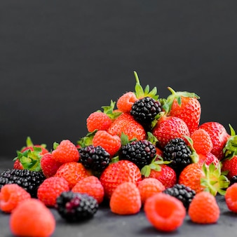 Misture frutas naturais na mesa