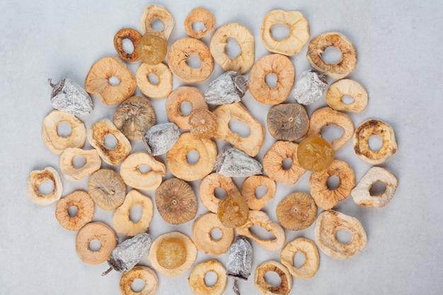 Misture frutas secas saudáveis com fundo de mármore. foto de alta qualidade