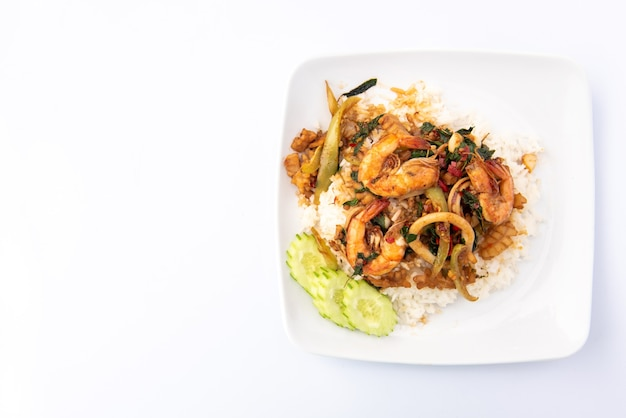 Misture frutos do mar fritos com manjericão no arroz