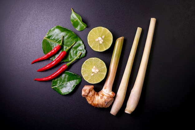 Misture ingredientes de tom yum goong na mesa preta