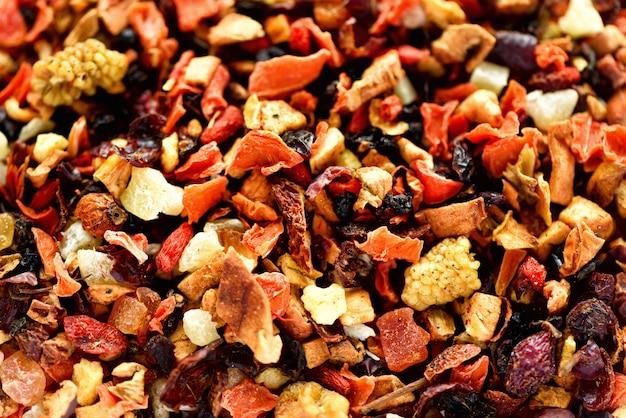 Misture karkade de chá com frutas secas e flores. chá de frutas e textura. vista do topo. comida. folhas ervais saudáveis orgânicas, chá da desintoxicação.