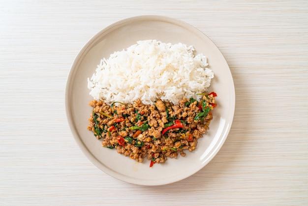 Misture manjericão tailandês frito com carne de porco picada e arroz coberto