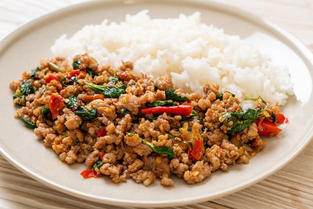 Misture manjericão tailandês frito com carne de porco picada no arroz