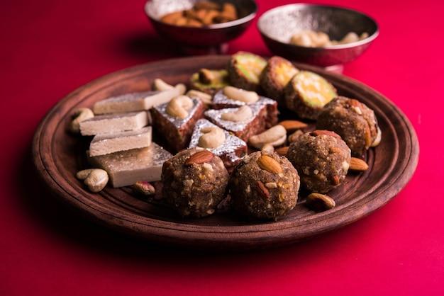 Misture mithai ou doces feitos com leite de festivais indianos e paquistaneses