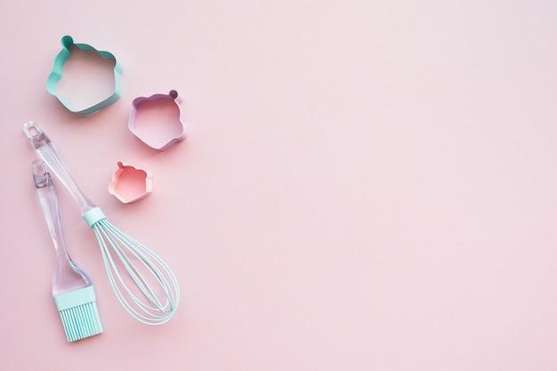 Misture o apoio de utensílios-de-rosa e azuis em fundo rosa com espaço de cópia, vista superior