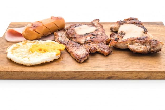 Misture o bife grelhado na chapa de madeira