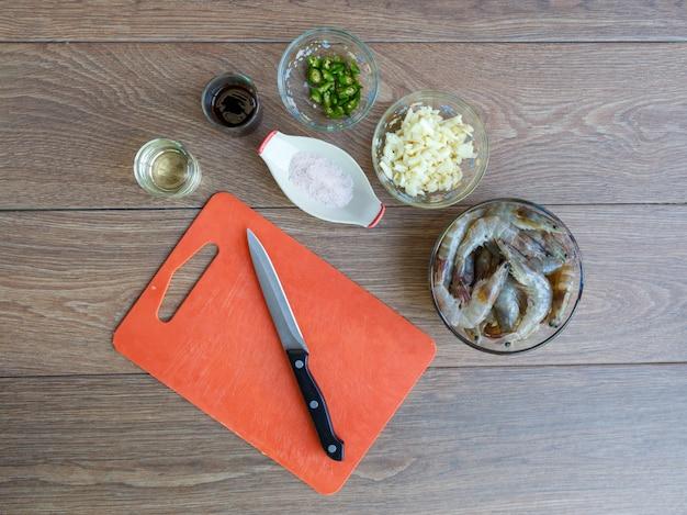 Misture o camarão frito com pimenta e sal.