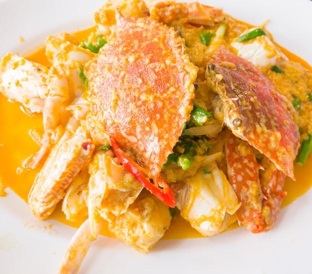 Misture o caranguejo frito com o curry em pó.