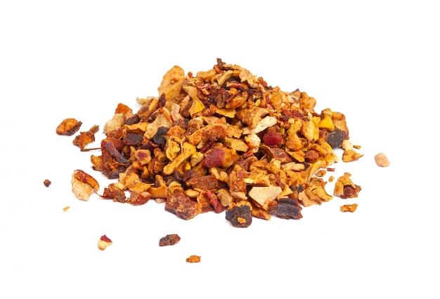 Misture o chá de ervas com frutas florais com pétalas, frutos secos e frutas. texsture