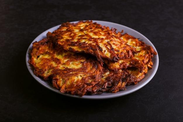 Misture o creme marrom e azedo em um prato sobre um fundo escuro de pedra