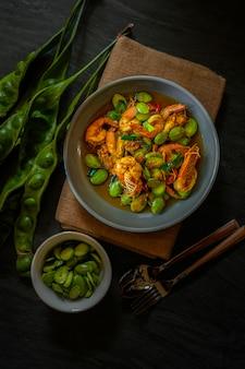 Misture o curry vermelho frito com camarão e feijão amargo