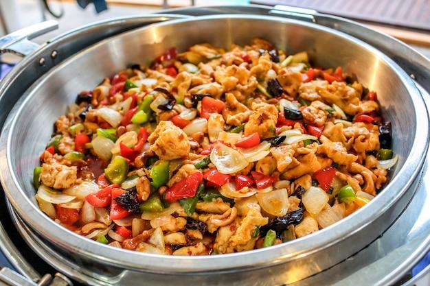 Misture o frango frito com castanha de caju, cebola, pimentão, pimentão