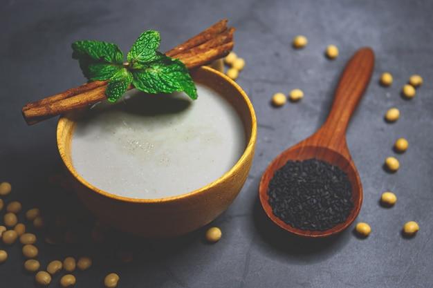 Misture o leite de soja com gergelim preto com sementes de soja e gergelim preto