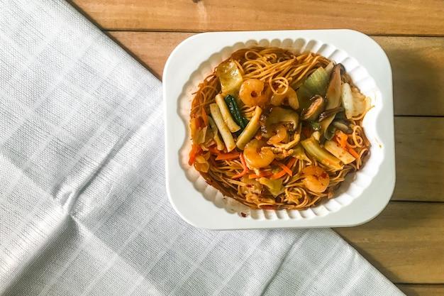 Misture o macarrão frito com molho de hong kong
