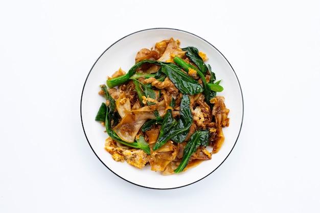 Misture o macarrão plano frito e a carne de porco com molho de soja