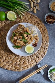 Misture o macarrão tailandês frito pad, vista superior