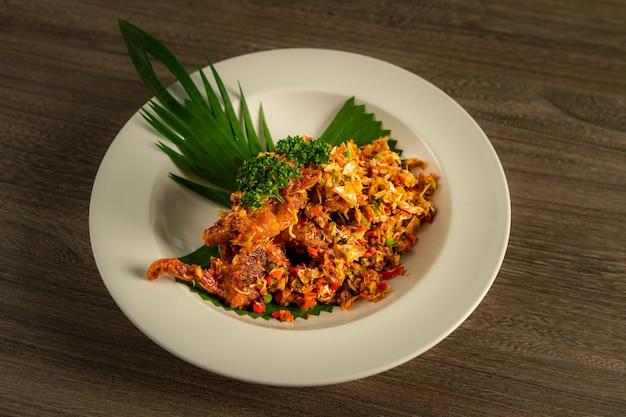 Misture o peixe frito com ingredientes tailandeses.