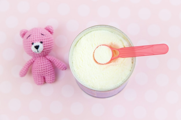 Misture o pó de comida para o bebê. foco seletivo. comida.