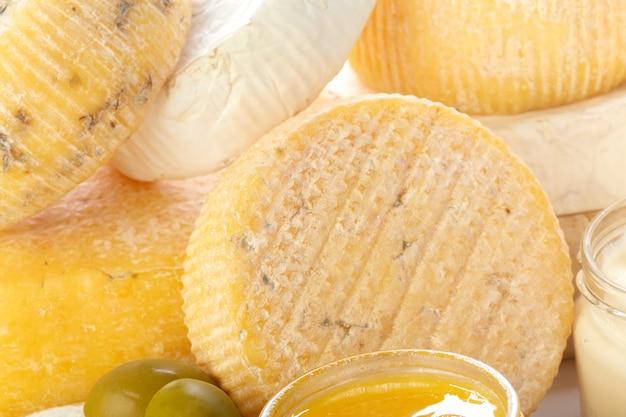 Misture o queijo de perto