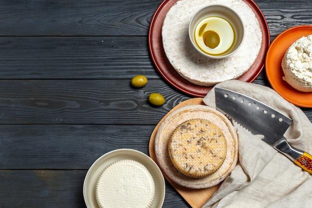 Misture o queijo em cima da mesa
