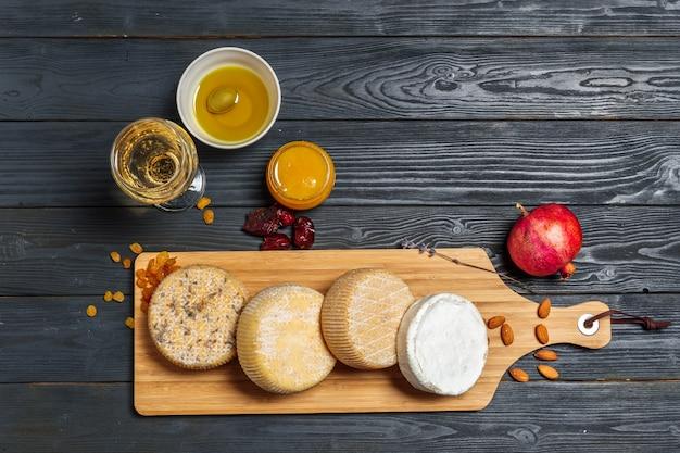 Misture o queijo na mesa