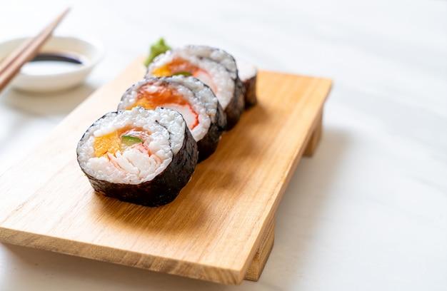Misture o rolo de sushi maki